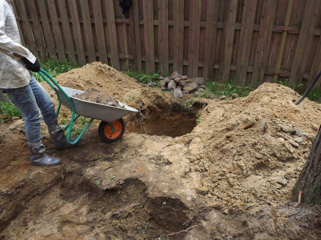Выкопана яма под новый, пластиковый колодец. Засыпка щебеночной подушкой